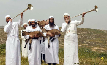 Jews try to make Passover sacrifice at the Temple Mount