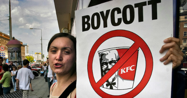 KFC Surrenders to Sharia Law in the Most Despicable Way Possible, Then ABUSES Non-Muslim Customer